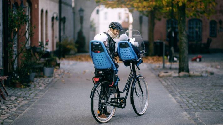 Kā riteņbraucienā paņemt līdzi divus bērnus reizē?